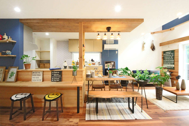 illi-to design 鳥居建設21【デザイン住宅、省エネ、スキップフロア】下がり天井と、ダイニングテーブルをキッチンの横に設置することで空間を広く見せる