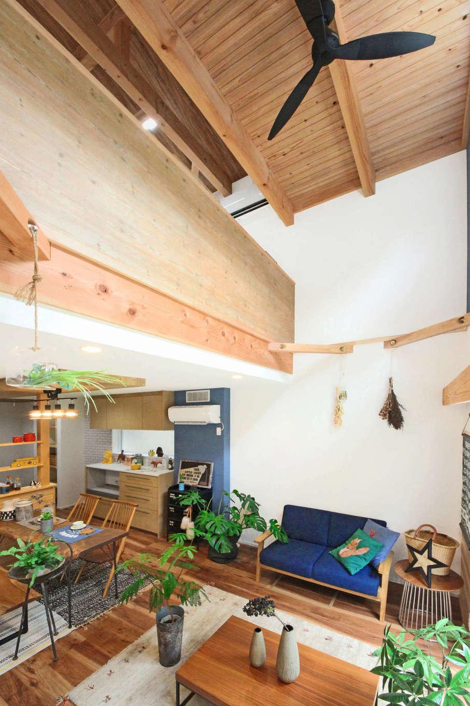 illi-to design 鳥居建設21【デザイン住宅、省エネ、スキップフロア】吹き抜けから2階へと空気が循環し、家中温度差の少ない快適な住空間を実現した