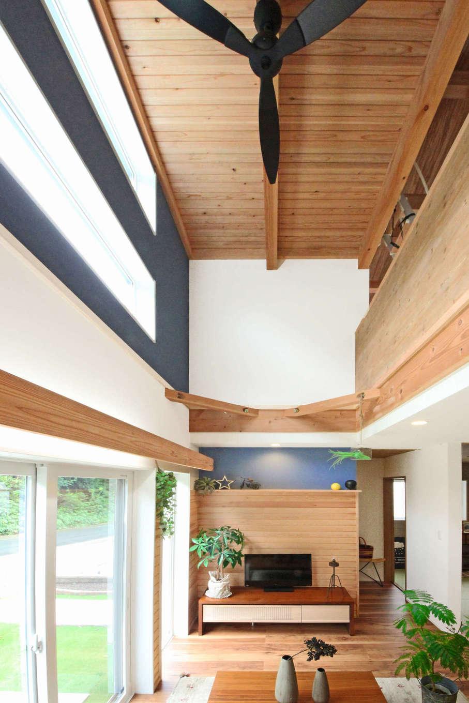 illi-to design 鳥居建設21【デザイン住宅、省エネ、スキップフロア】南面の大開口とスケールの大きな吹抜けからたっぷりの光と風を招く。ファンが付いている部分がスキップフロアロフト
