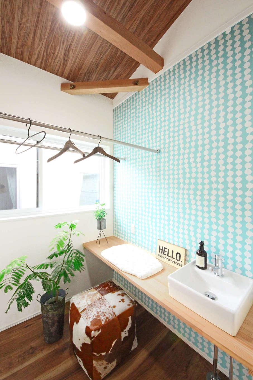 illi-to design 鳥居建設21【デザイン住宅、省エネ、スキップフロア】アクセントクロスが映える洗面。日の光がふんだんに入り室内干しもよく乾く