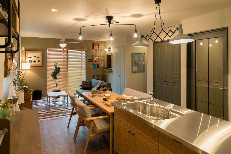 DAYFIELD/大和建設【1000万円台、間取り、インテリア】やさしい色合いのフレンチテイストでコーディネートした21畳のLDK。キッチン、ドア、家具、雑貨に至るまであらかじめ厳選されているので、デザインに統一感がある