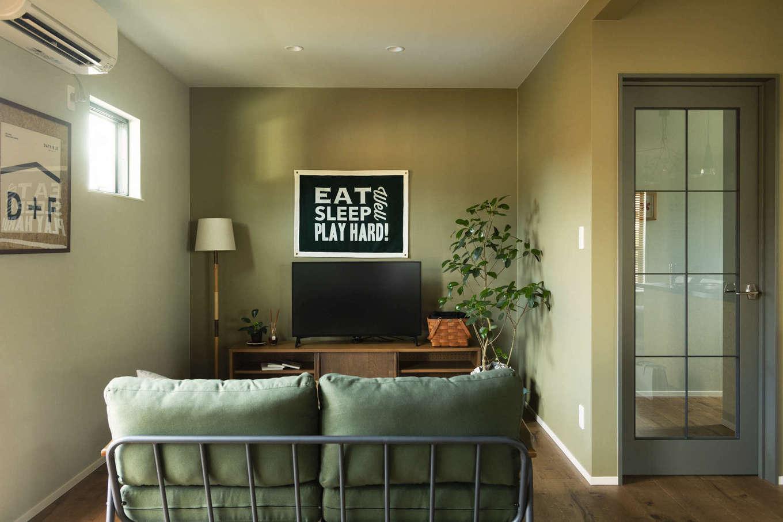 DAYFIELD/大和建設【1000万円台、間取り、インテリア】フランスのアパルトマンの一室をイメージしたリビング。照明はダウンライトでシンプルに