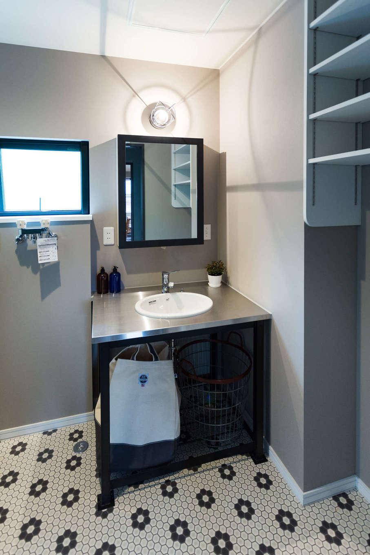 DAYFIELD/大和建設【1000万円台、間取り、インテリア】アメリカンなステンレストップの洗面台は、朝からテンションが上がりそう。オリジナルミラーは収納棚を兼ねている