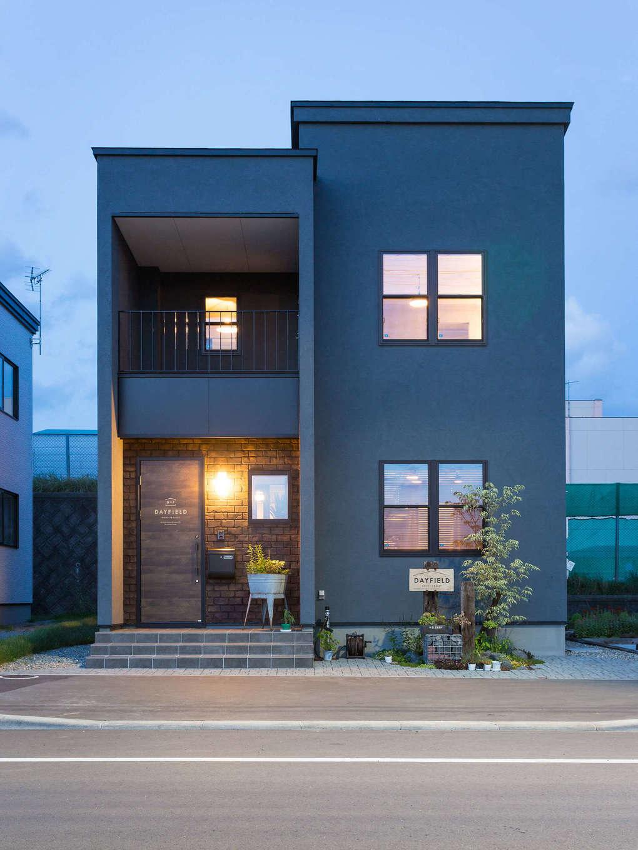 DAYFIELD/大和建設【1000万円台、間取り、インテリア】ダークトーンで直線的なシルエットが特徴の外観。玄関には内装にも使われるブリック調のデザインコンクリートを採用し、存在感を発揮している。職人が手作業で仕上げた塗り壁は撥水効果が高く、ひび割れしないSto(スト)を標準採用