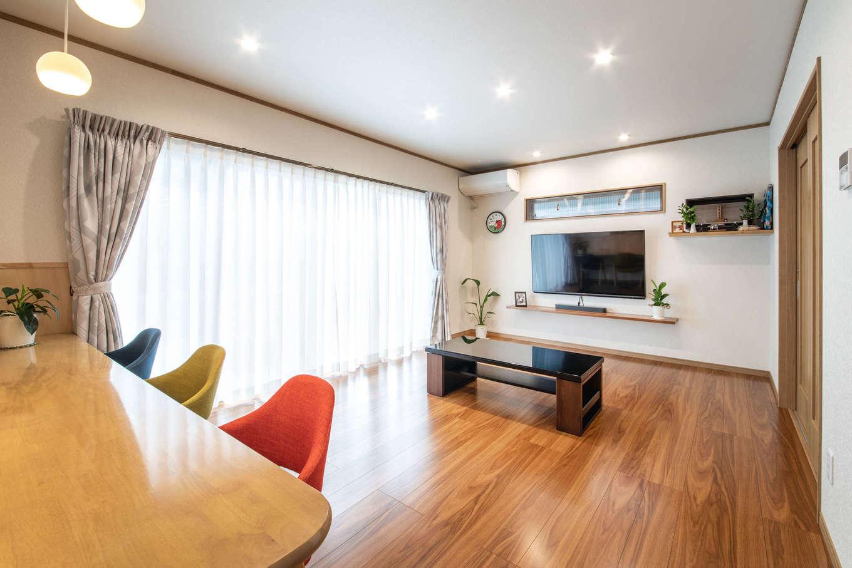 有無ホーム【夫婦で暮らす、間取り、平屋】窓を可能な限り大きくして、明るさと開放感を確保したLDK。造作のTVボードはカウンターだけのシンプルなデザインにして、空間を広々と活かしている。ダイニングセットはあえて置かず、リビングのスペースにゆとりを持たせた