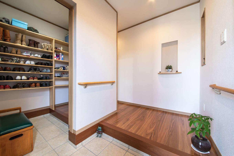 有無ホーム【夫婦で暮らす、間取り、平屋】玄関にはシューズクロークと家族専用の下足場を用意。正面はゲスト用に常に美しく整えられている。シューズクロークには棚をたくさん設けてあり、靴やアウトドアグッズなどをたっぷり収納できる
