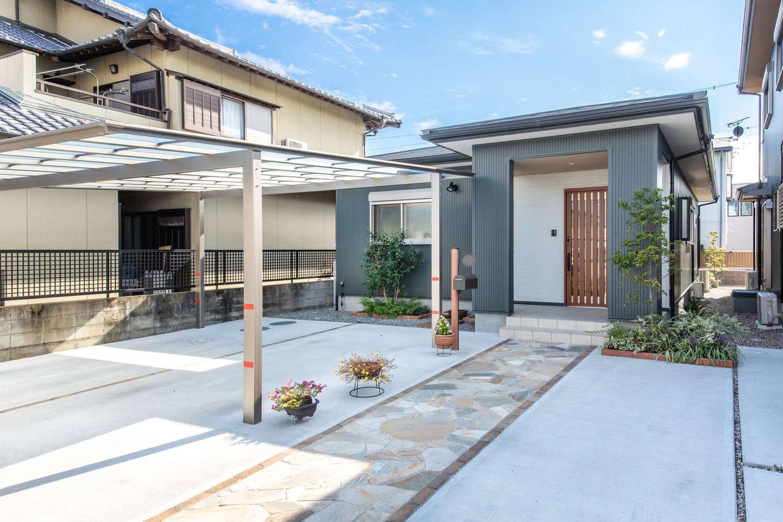 有無ホーム【夫婦で暮らす、間取り、平屋】外壁にガルバリウム鋼板を採用し、シンプルにデザインした平屋の外観。駐車場を広くとり、玄関へと一直線に石畳のアプローチを設けてある