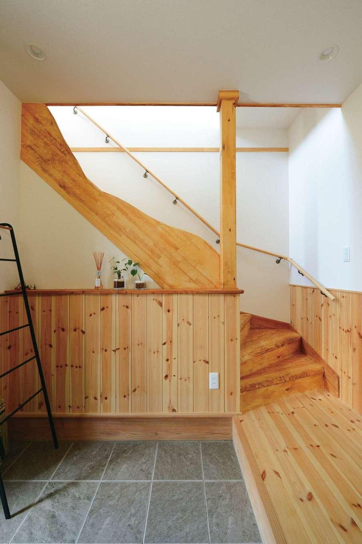 アキケンチク【デザイン住宅、二世帯住宅、自然素材】2階へ続く階段の手前には、遊び心あふれる大工ならではのハンドクラフトが施されている