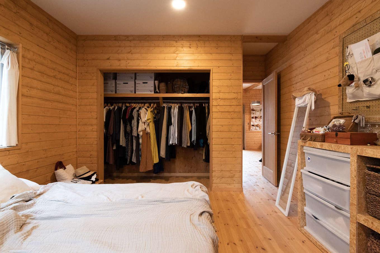 オープン収納が基本のY邸。寝室のクローゼットも扉がないので、洋服選びもスムーズに。帽子やアクセサリーは自作の棚と有孔ボードにディスプレイ感覚で収納
