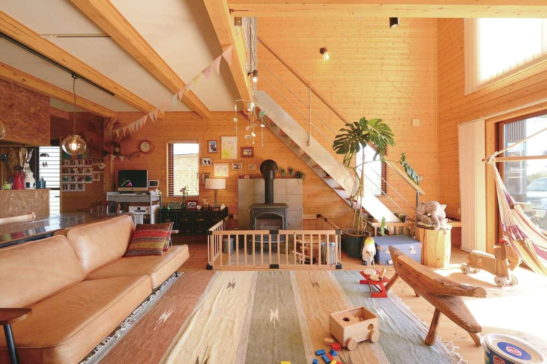 1階と2階をひとつながりにする大きな吹抜け。タテに伸びる広がりが圧倒的な開放感を生み出す