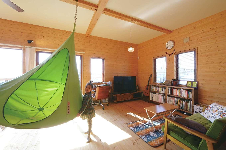 ギターを弾いたり、本を読んだり、遊んだり…2階のオープンスペースは家族共有の心地いい空間