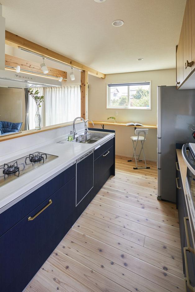 ALAIN(アラン)【自然素材、ペット、インテリア】奥さまの大好きなネイビーをキッチンの面材に使い、差し色に。玄関ドアの回りの鎧張りの杉板にも同系色を使用