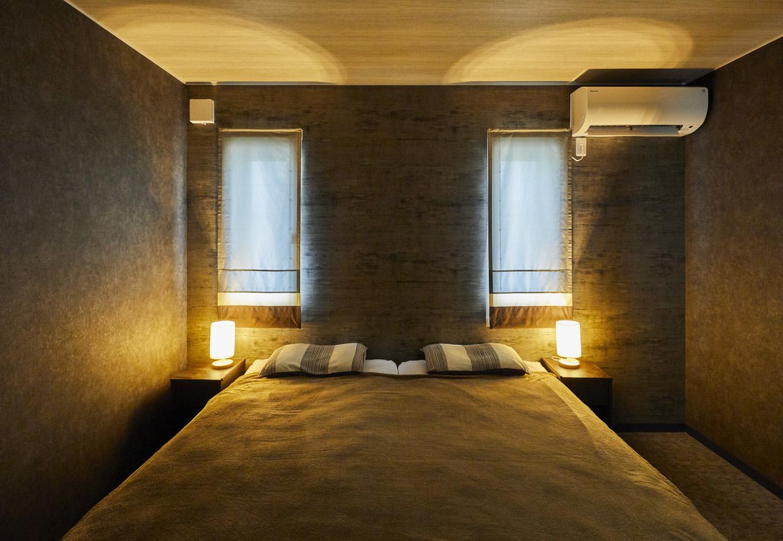 ALAIN(アラン)【自然素材、ペット、インテリア】ホテルライクな主寝室。間接照明やクロスなど、1階と雰囲気をガラリと変えて、リラックスムードを高めている