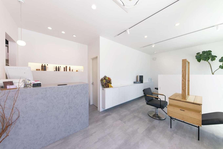 サラサホーム沼津(靖和工務店)【デザイン住宅、子育て、間取り】美容室も白とグレーを基調にしたインテリアでまとめて明るい雰囲気に