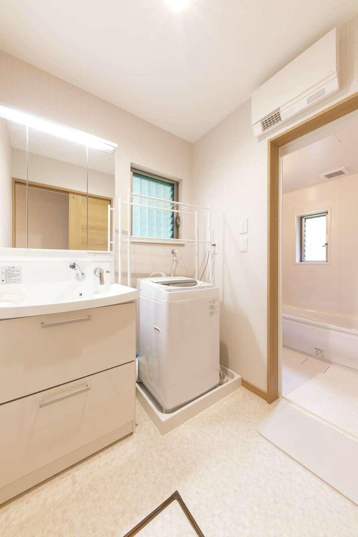 サラサホーム沼津(靖和工務店)|洗濯機を置けるように洗面脱衣所を拡張、それに伴って浴室部分を一部増築。ゆったりとした空間を確保