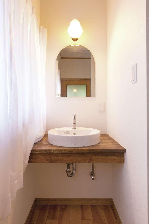 サラサホーム沼津(靖和工務店)|2階の手洗いは造作で。木製の台とラウンドの洗面ボウルでナチュラルな印象に