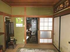浮きが目立った床はフローリングの上張りに。二間の和室も、日当たりのいい廊下もLDKに取り込んだ開放的な空間に。