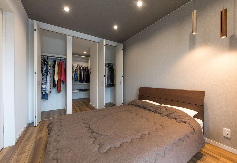 アイ・ランド【焼津市五ケ堀之内489付近・モデルハウス】落ち着いた雰囲気の寝室には壁一面の収納。出し入れしやすい左右のクローゼットにはよく着る服を。奥まで続く中央のウォークインクローゼットには季節ものを中心に