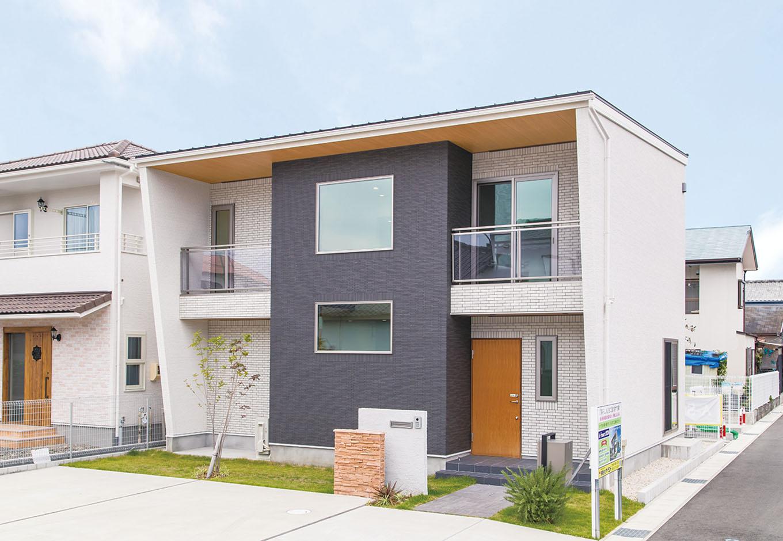 アイ・ランド【焼津市五ケ堀之内489付近・モデルハウス】外観はタイルとサイディングでスタイリッシュに。外回りにはEVコンセントのほか、停電時に近隣に電気を分けることができる非常用コンセントも