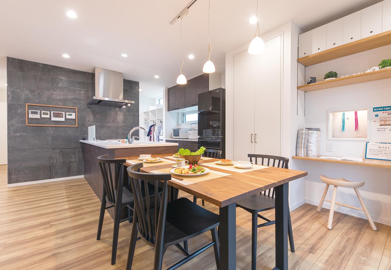 アイ・ランド【焼津市五ケ堀之内489付近・モデルハウス】間取りの中心にあるキッチンは広々として使いやすい。デスクコーナーで勉強する子どもを、料理をしながら見守ることもできる。パントリーなどの収納も充実