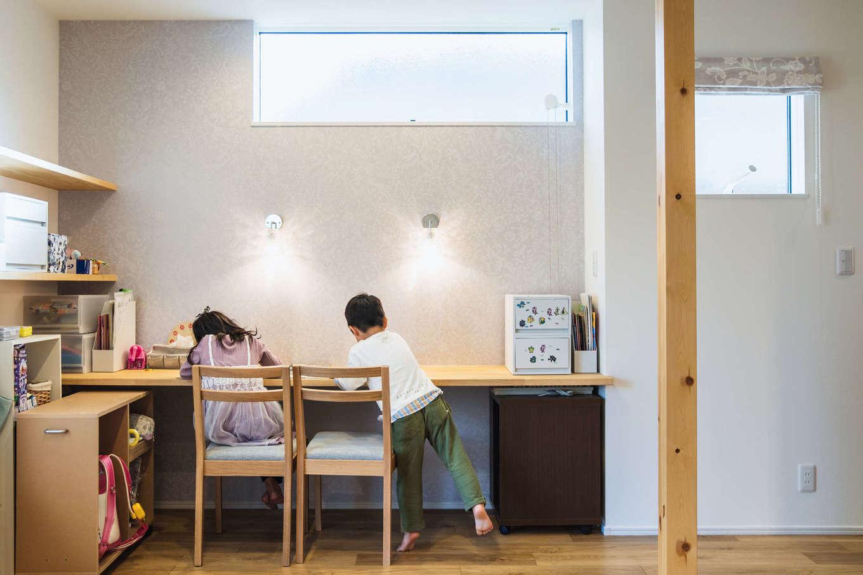 アルファホーム【収納力、省エネ、間取り】リビングの一角に設けたスタディスペース。キッチンに立つママに見守られて、姉弟が並んで仲良くお勉強