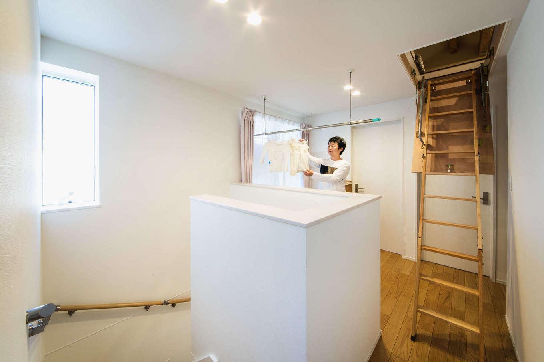 アルファホーム【収納力、省エネ、間取り】2階廊下の一角に設けた室内干しスペース。バルコニーへも出やすく、日当たりも抜群でよく乾く。壁面の2か所に調湿効果の高いエコカラットを採用