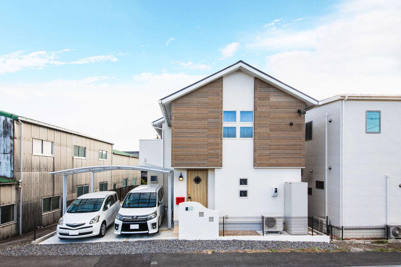 アルファホーム【収納力、省エネ、間取り】ホワイトベースに木目をアクセントにした外観。窓の配置にもこだわって、シンプル&モダンな印象に。同社ならではの設計力で、約40坪の限られた敷地を有効活用して延床面積約33坪の家を建て、駐車場も3台分確保した