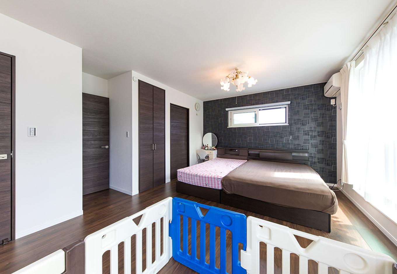 アイ・ランド【子育て、収納力、省エネ】今は子ども部屋と寝室をつなげて家族全員で就寝。子どもが成長したら間仕切りを入れて個室にできるよう、ドアや収納をそれぞれ配置している
