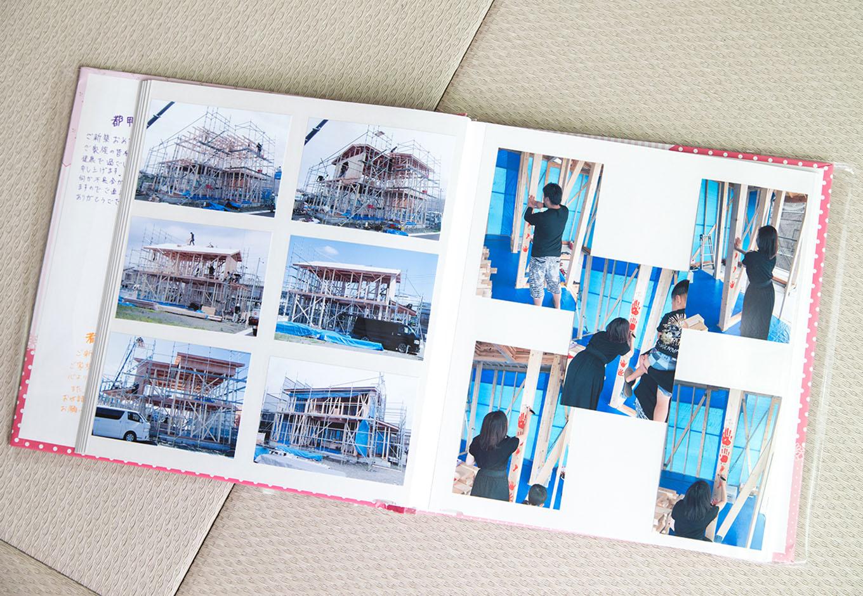 アイ・ランド【子育て、収納力、省エネ】完成時には『アイ・ランド』からアルバムのプレゼントも。契約、建築経過、手形式などを記録したたくさんの写真とスタッフの寄せ書きは、新築の大切な思い出だ