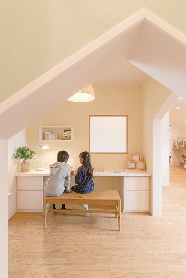 ユニバーサルホーム(藤枝・静岡南・清水)【静岡市清水区辻1-10−20・モデルハウス】おうちタワーの2階はスタディスペース。ほどよく壁に囲まれて勉強に集中できる
