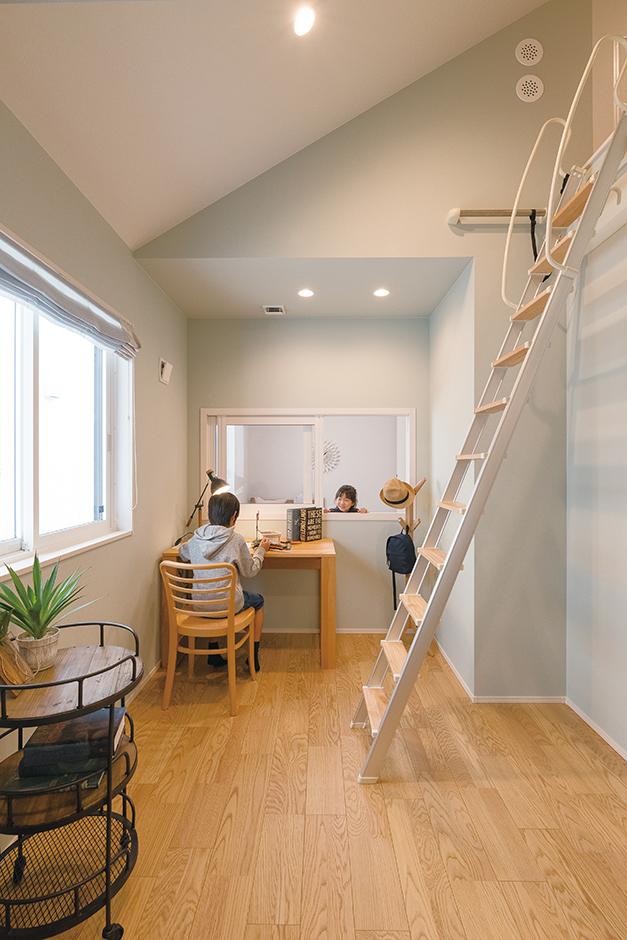 ユニバーサルホーム(藤枝・静岡南・清水)【静岡市清水区辻1-10−20・モデルハウス】2つある子ども部屋の間に室内窓を。それぞれの部屋で互いの気配を感じながら過ごせる。1室はプレイスペースや収納に使えるロフト付き