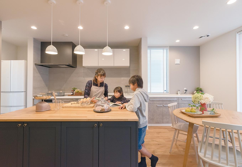 ユニバーサルホーム(藤枝・静岡南・清水)【静岡市清水区辻1-10−20・モデルハウス】家族や友人と一緒に料理を楽しめるアイランド型のキッチンカウンター。ぐるっと回れる動線で作業効率もアップ
