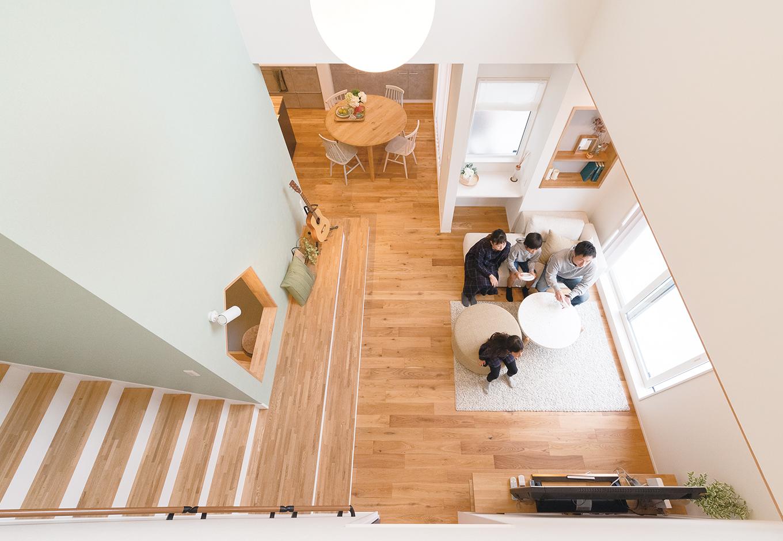 ユニバーサルホーム(藤枝・静岡南・清水)【静岡市清水区辻1-10−20・モデルハウス】吹き抜けの内窓からリビングを見たところ。内窓があることで上下階のつながりとほどよい距離感が生まれる