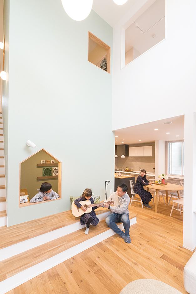 ユニバーサルホーム(藤枝・静岡南・清水)【静岡市清水区辻1-10−20・モデルハウス】吹き抜けとおうちタワーに面したリビングは視線が縦横に伸びる開放的な空間。おうちタワー前の段差に腰かけてくつろいだり、タワーの中にいる家族と会話したり、友人と集まって談笑したり、自然とみんなが集まる憩いの場だ