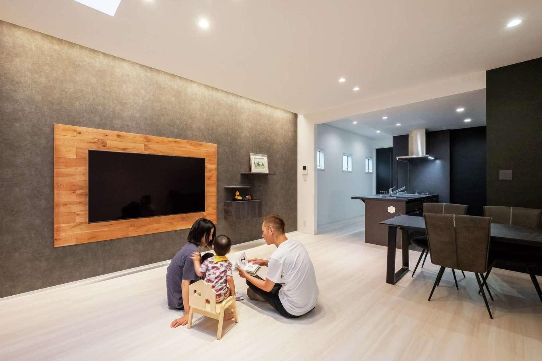 ハートホーム【デザイン住宅、二世帯住宅、間取り】背面に木を使うことでテレビを際立たせる趣向。壁と同じ色で主張しない棚にレコーダーなどを入れ、配線も壁内に収めたことでスッキリした