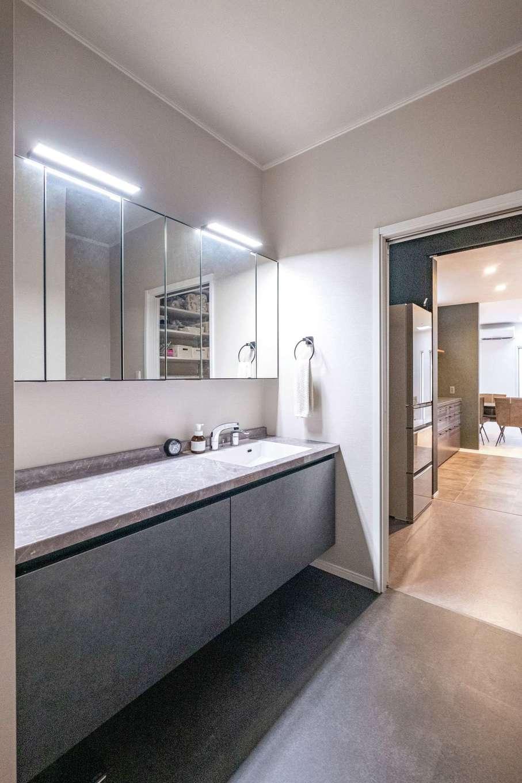 ハートホーム【デザイン住宅、二世帯住宅、間取り】色とデザインをキッチンに合わせて選んだグレー調の洗面台。キッチンを通ってリビングまで抜ける動線が便利