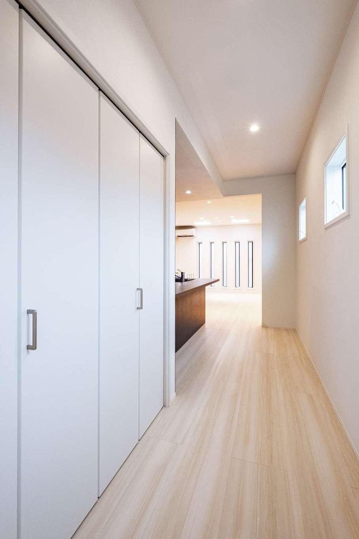 ハートホーム【デザイン住宅、二世帯住宅、間取り】2階通路に収納スペースを。2階は天井が高く空間が広く感じられる