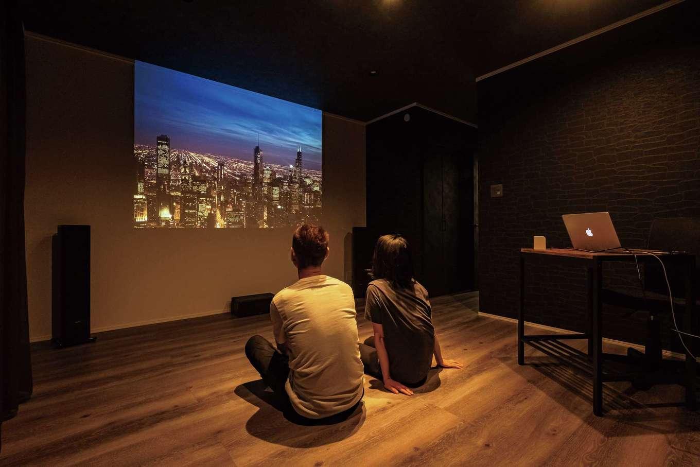 ハートホーム【デザイン住宅、二世帯住宅、間取り】3階に設けたシアタールーム。壁の一面をプロジェクター専用の白壁とし、大画面で映像を楽しむことができる