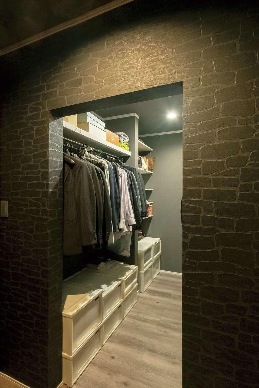 ハートホーム【デザイン住宅、二世帯住宅、間取り】シアタールーム横のウォークインクローゼットはご主人好みの黒でコーディネート