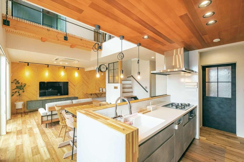 住家 ~JYU-KA~【デザイン住宅、子育て、建築家】キッチンからはLDK全体が見渡せ、子育て中も安心の間取り。リビングの吹き抜けは開放感だけでなく、家の中のどこにいても家族につながりをもたらす空間に