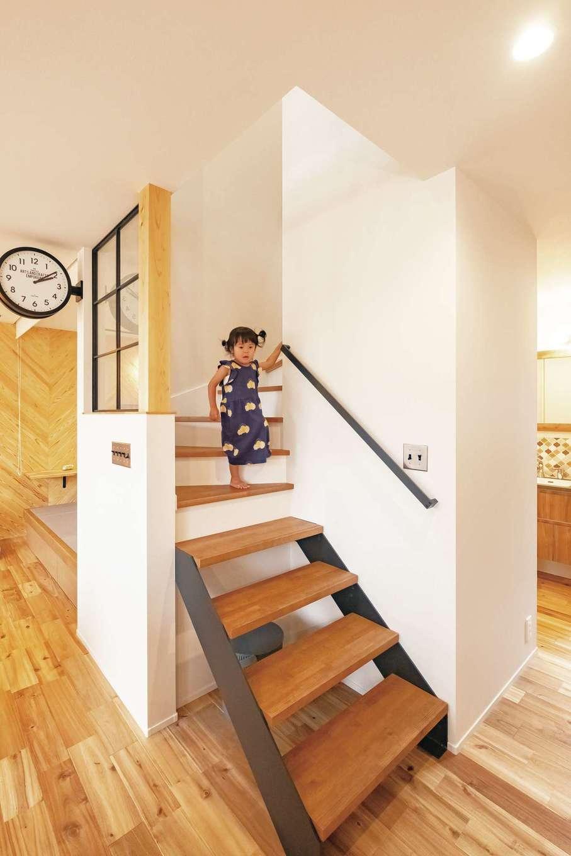 住家 ~JYU-KA~【デザイン住宅、子育て、建築家】階段の一部は壁を取り払いスケルトンに