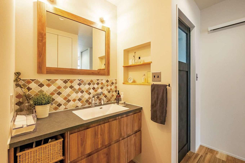 住家 ~JYU-KA~【デザイン住宅、子育て、建築家】モロカンタイルを貼った洗面台。収納やニッチはインテリア性と実用性を兼ね備えている