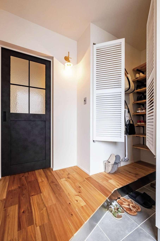 住家 ~JYU-KA~【デザイン住宅、子育て、建築家】斜めの上がりかまちが便利な玄関。使いやすいシューズクロークは収納力も万全