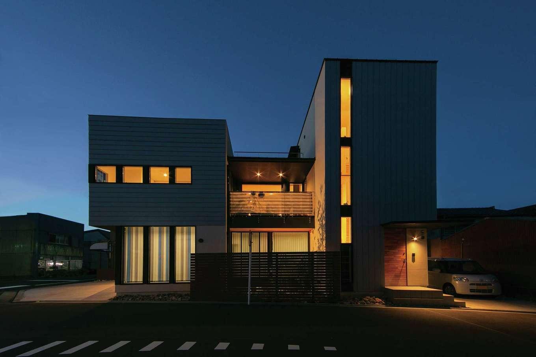 TENアーキテクツ 一級建築士事務所【デザイン住宅、間取り、建築家】1階が事務所、2階と3階が住居。夜になると、ライトアップされた坪庭のレモンの木の大きな影が壁に映り込む。3階のスカイバルコニーは花火大会の特等席になる