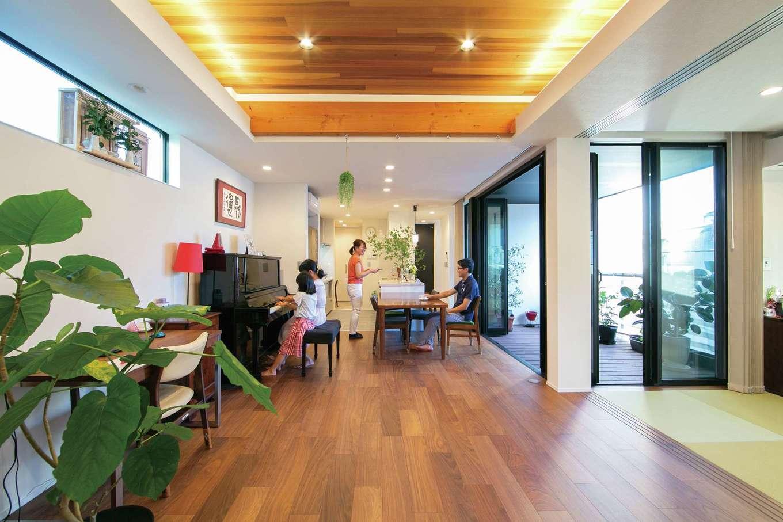 TENアーキテクツ 一級建築士事務所【デザイン住宅、間取り、建築家】暮らしのメインステージとなるLDKに心地いい光と風が行き渡る。全開口サッシを開けると中庭とつながり、より開放感が生まれる。フローリングは床暖房仕様