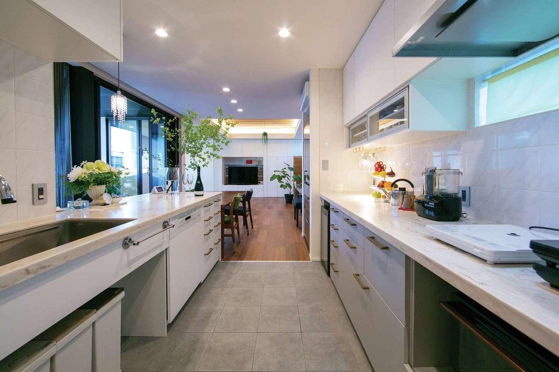 TENアーキテクツ 一級建築士事務所【デザイン住宅、間取り、建築家】造作のキッチンはミーレの食洗機付き。天板はデュポン社の人工大理石。ワインセラーに合わせて食器棚の寸法を決めた