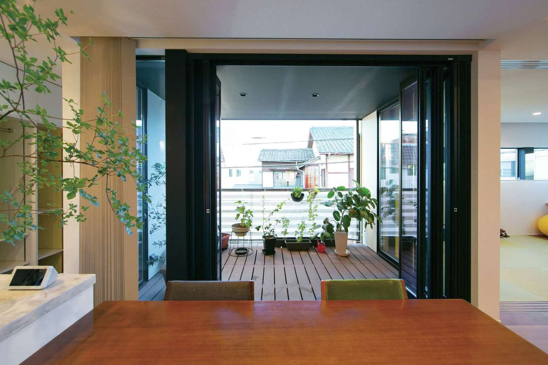 TENアーキテクツ 一級建築士事務所【デザイン住宅、間取り、建築家】家庭菜園も楽しめる2階の中庭