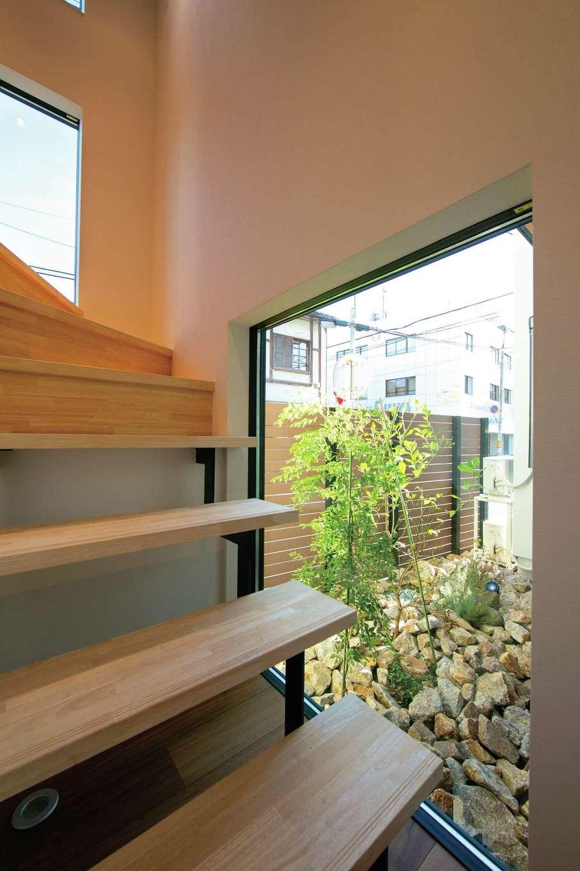 TENアーキテクツ 一級建築士事務所【デザイン住宅、間取り、建築家】1階の坪庭を眺めながら階段を上がるうちに、オンからオフへと緊張感が解けていく