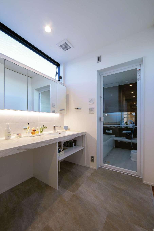 TENアーキテクツ 一級建築士事務所【デザイン住宅、間取り、建築家】ホテルライクな明るくておしゃれなサニタリー。2階の階段から直結して便利