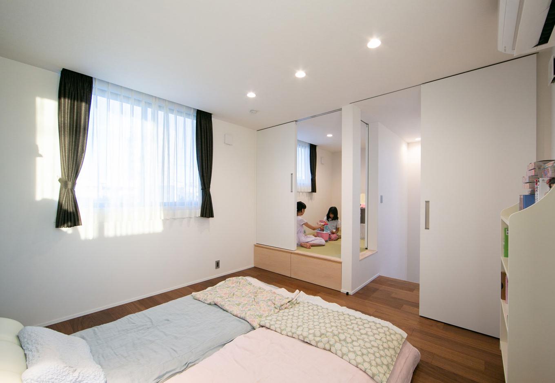 """TENアーキテクツ 一級建築士事務所【デザイン住宅、間取り、建築家】2階の寝室には小上りの畳コーナーを。今は子どもたちの""""秘密基地""""となっている"""